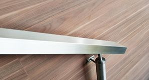 Σύγχρονη λεπτομέρεια ανοξείδωτου ραμπών στο ξύλινο υπόβαθρο στοκ φωτογραφίες