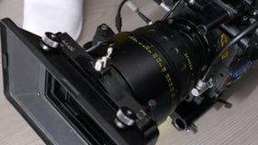 Σύγχρονη μαύρη ισχυρή επαγγελματική κάμερα κινηματογραφήσεων σε πρώτο πλάνο φιλμ μικρού μήκους