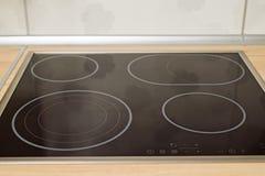 Σύγχρονη μαύρη κορυφή μαγείρων επαγωγής στη σύγχρονη κουζίνα Στοκ εικόνες με δικαίωμα ελεύθερης χρήσης