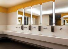 σύγχρονη μεγάλη τουαλέτα στο διοικητικό κτήριο Στοκ Φωτογραφία