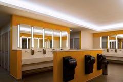 σύγχρονη μεγάλη τουαλέτα στο διοικητικό κτήριο Στοκ φωτογραφία με δικαίωμα ελεύθερης χρήσης