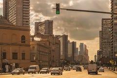 Σύγχρονη μητρόπολη με τους ουρανοξύστες στοκ φωτογραφία