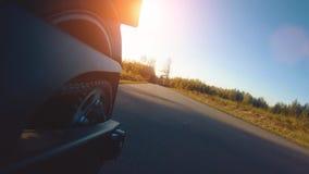 Σύγχρονη μοτοσικλέτα αναλογικών συσκευών κρυπτοφώνησης στην οδήγηση δασικών δρόμων κατοχή της διασκέδασης που οδηγεί τον κενό δρό απόθεμα βίντεο
