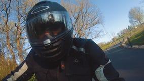 Σύγχρονη μοτοσικλέτα αναλογικών συσκευών κρυπτοφώνησης στην οδήγηση δασικών δρόμων κατοχή της διασκέδασης που οδηγεί τον κενό δρό φιλμ μικρού μήκους