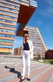 Σύγχρονη νέα γυναίκα στα βήματα του κτηρίου των πληροφοριών Techn στοκ εικόνες