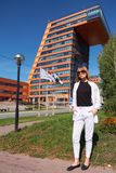 Σύγχρονη νέα γυναίκα στα βήματα του κτηρίου των πληροφοριών Techn στοκ φωτογραφία με δικαίωμα ελεύθερης χρήσης