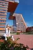 Σύγχρονη νέα γυναίκα στα βήματα του κτηρίου των πληροφοριών Techn στοκ εικόνα