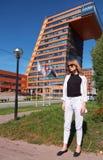 Σύγχρονη νέα γυναίκα στα βήματα του κτηρίου των πληροφοριών Techn στοκ φωτογραφίες