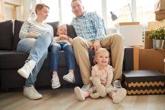Σύγχρονη νέα οικογένεια στο σπίτι στοκ φωτογραφία με δικαίωμα ελεύθερης χρήσης