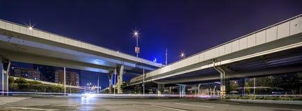 Σύγχρονη νύχτα πόλεων κάτω από το δρόμο και Στοκ φωτογραφίες με δικαίωμα ελεύθερης χρήσης