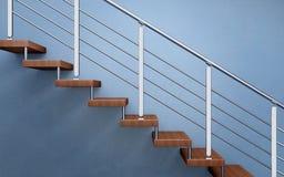 Σύγχρονη ξύλινη σκάλα με το επιχρωμιωμένο κιγκλίδωμα Στοκ Φωτογραφίες