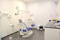 Σύγχρονη οδοντική πρακτική Οδοντική καρέκλα και άλλα εξαρτήματα στοκ φωτογραφίες