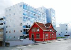 Σύγχρονη οδός με ένα παλαιό σπίτι Στοκ Φωτογραφίες