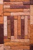 σύγχρονη πέτρα χλόης μορφής συνδυασμού διαφορετική στον τοίχο Στοκ Φωτογραφία