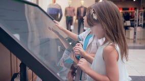 Σύγχρονη παιδική ηλικία, τα συμπαθητικά παιδιά χρησιμοποιούν τη διαλογική επίδειξη οθονών επαφής για την καλύτερη διαδρομή αναζήτ απόθεμα βίντεο
