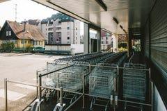 Σύγχρονη περιοχή αγορών με τα κάρρα Στοκ εικόνες με δικαίωμα ελεύθερης χρήσης