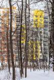 Σύγχρονη πολυκατοικία με τις ζωηρόχρωμες προσόψεις στα περίχωρα της πόλης Μόσχα Ρωσία στοκ εικόνα με δικαίωμα ελεύθερης χρήσης