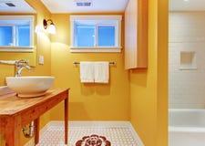 σύγχρονη πορτοκαλιά καταβόθρα λουτρών Στοκ Φωτογραφία