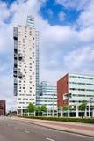 Σύγχρονη πολυκατοικία ενάντια στο μπλε ουρανό με τα σύννεφα, Τίλμπεργκ, Κάτω Χώρες Στοκ Εικόνα