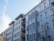 Σύγχρονη πολυκατοικία με την γκρίζα πρόσοψη Στοκ φωτογραφία με δικαίωμα ελεύθερης χρήσης