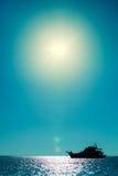 Σύγχρονη πολυτελής σκιαγραφία γιοτ στην τροπική θάλασσα Ταϊλάνδη στοκ εικόνες