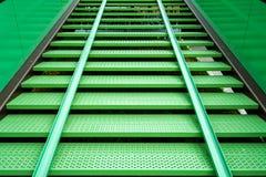 Σύγχρονη πράσινη σκάλα χάλυβα σε έναν χώρο στάθμευσης ποδηλάτων με το ποδήλατο γ στοκ φωτογραφίες