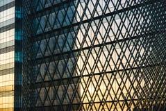 Σύγχρονη πρόσοψη αρχιτεκτονικής με τις γραμμές τρεκλίσματος στοκ φωτογραφίες