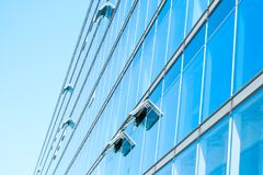Σύγχρονη πρόσοψη γυαλιού κτιρίου γραφείων - εταιρικό κτήριο Στοκ εικόνα με δικαίωμα ελεύθερης χρήσης