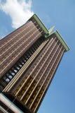 Σύγχρονη πρόσοψη γυαλιού κτηρίου καφετιά με το μπλε ουρανό Στοκ φωτογραφία με δικαίωμα ελεύθερης χρήσης