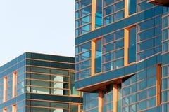 Σύγχρονη πρόσοψη καθρεφτών οικοδόμησης στον μπλε τόνο Στοκ εικόνες με δικαίωμα ελεύθερης χρήσης