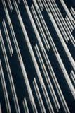 Σύγχρονη πρόσοψη κτιρίου γραφείων με τις γραμμές αντανάκλασης. Στοκ Εικόνα
