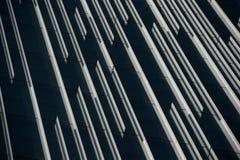 Σύγχρονη πρόσοψη κτιρίου γραφείων με τις γραμμές αντανάκλασης. Στοκ φωτογραφία με δικαίωμα ελεύθερης χρήσης