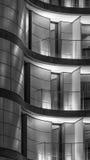 Σύγχρονη πρόσοψη με τα μπαλκόνια και μια κυρτή μορφή στοκ εικόνα