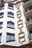 Σύγχρονη πρόσοψη οικοδόμησης με τα παράθυρα και τα μπαλκόνια στοκ εικόνες