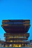 Σύγχρονη πρόσοψη στην μπλε ώρα Στοκ φωτογραφία με δικαίωμα ελεύθερης χρήσης