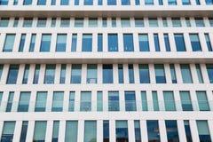 Σύγχρονη πρόσοψη του κτηρίου φιαγμένου από γυαλί και σκυρόδεμα Στοκ εικόνες με δικαίωμα ελεύθερης χρήσης