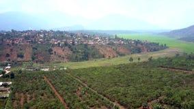 Σύγχρονη πόλη μεταξύ της πράσινης κοιλάδας ενάντια στα βουνά φιλμ μικρού μήκους