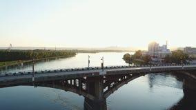 Σύγχρονη πόλη στην όχθη ποταμού το πρωί αρχών του καλοκαιριού υπαίθρια απόθεμα βίντεο