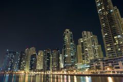 Σύγχρονη εικονική παράσταση πόλης μαρινών του Ντουμπάι στις νύχτες Στοκ Εικόνες