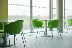 Σύγχρονη πλαστική καρέκλα μέσα στο εστιατόριο Στοκ Εικόνα