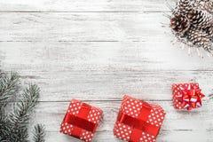 Σύγχρονη ρύθμιση δώρων, κάρτα Χριστουγέννων και άλλες χειμερινές διακοπές Στοκ εικόνα με δικαίωμα ελεύθερης χρήσης