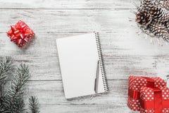 Σύγχρονη ρύθμιση δώρων, κάρτα Χριστουγέννων και άλλες χειμερινές διακοπές Στοκ Εικόνα