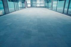 Σύγχρονη σήραγγα διάβασης πεζών στη φουτουριστική πόλη Στοκ εικόνες με δικαίωμα ελεύθερης χρήσης