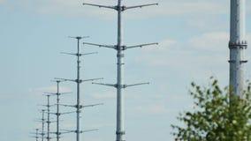 Σύγχρονη σειρά πύργων υψηλής τάσης ενάντια στο μπλε ουρανό απόθεμα βίντεο