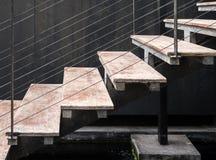 Σύγχρονη σκάλα με τον ηγέτη καλωδίων μετάλλων Στοκ Φωτογραφίες
