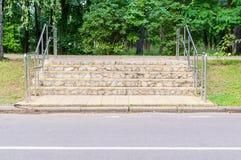Σύγχρονη σκάλα στο πάρκο Υπόβαθρο, φύση Στοκ φωτογραφίες με δικαίωμα ελεύθερης χρήσης