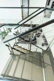 Σύγχρονη σκάλα γυαλιού στο διαμέρισμα Στοκ Φωτογραφία
