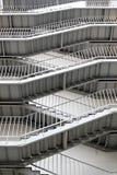 Σύγχρονη σκάλα εξόδων κινδύνου του γκρίζου χρώματος Στοκ φωτογραφία με δικαίωμα ελεύθερης χρήσης