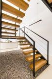 Σύγχρονη σκάλα στο άσπρο διαμέρισμα Στοκ Φωτογραφίες