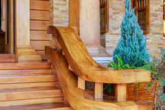 Σύγχρονη σκάλα ύφους με τα ξύλινα βήματα και το κιγκλίδωμα Στοκ Εικόνες